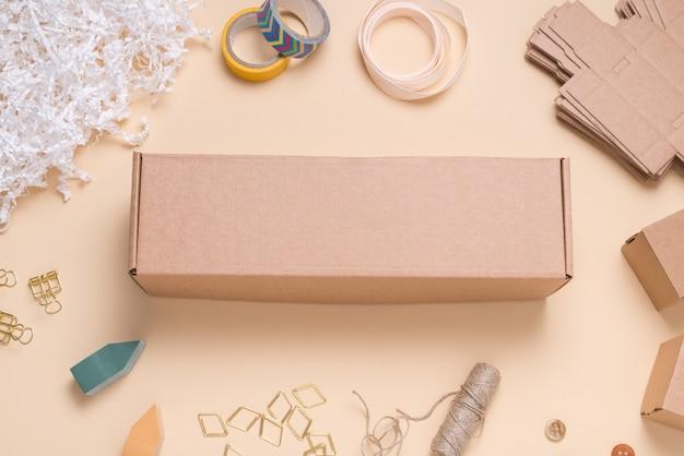 Pudełko kartonowe na kolorowym biurku