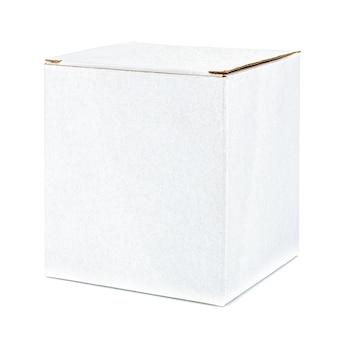 Pudełko kartonowe zamknięte biały sześcienny kształt na białym tle