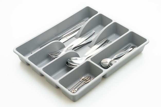 Pudełko kuchenne ze sztućcami na łyżki, widelce, noże na białym tle