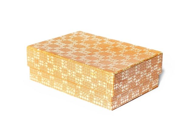 Pudełko na białej powierzchni. pomarańczowe pudełko