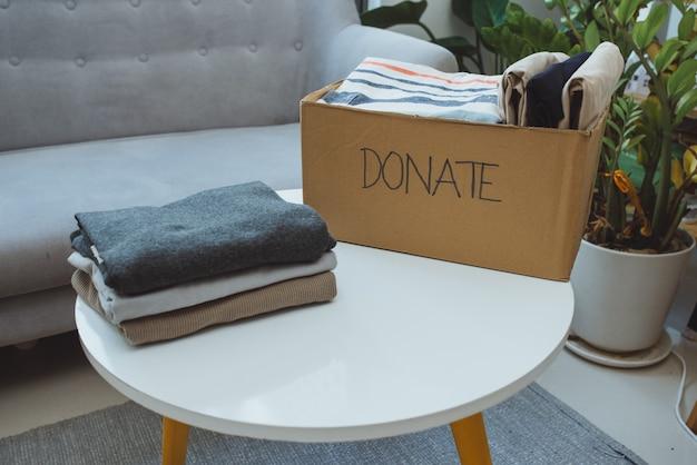 Pudełko na darowizny i zwykłe ubrania w salonie