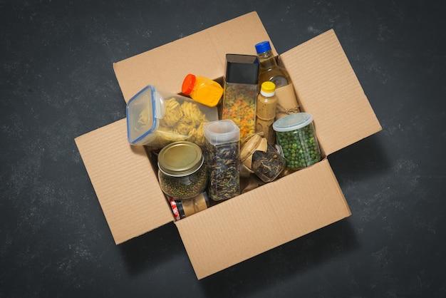 Pudełko na darowizny z jedzeniem.