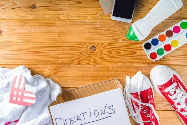 Pudełko na datki z różnymi podarunkami na wtorek z czerwonym sercem. dobroczynność. zbieraj niechciane odpady, przekaż koncepcję biednych potrzebujących ludzi. udział w międzynarodowej zbiórce darowizn.