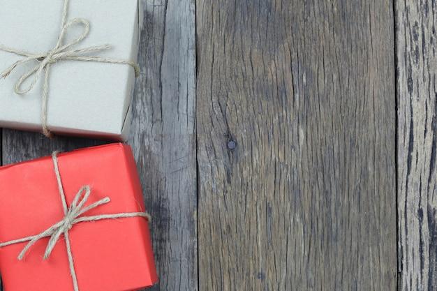 Pudełko na drewnianej podłodze i miejsce na kopię.