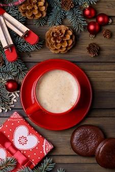 Pudełko na kawę i prezent ze świąteczną dekoracją z miejscem na życzenia