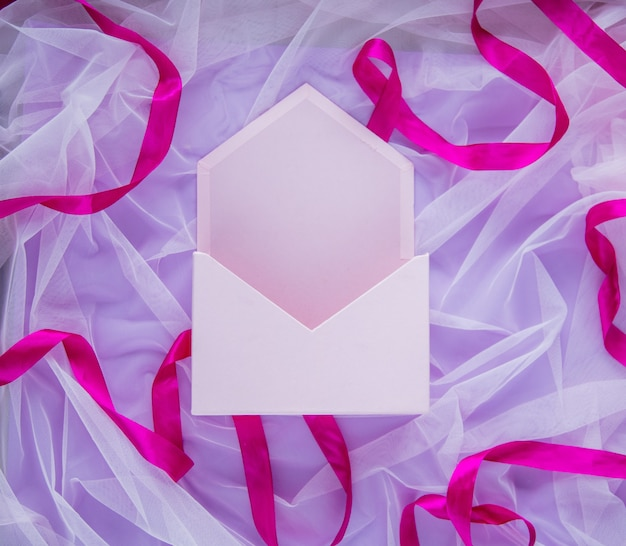 Pudełko na koperty ze wstążką na fioletowym tle