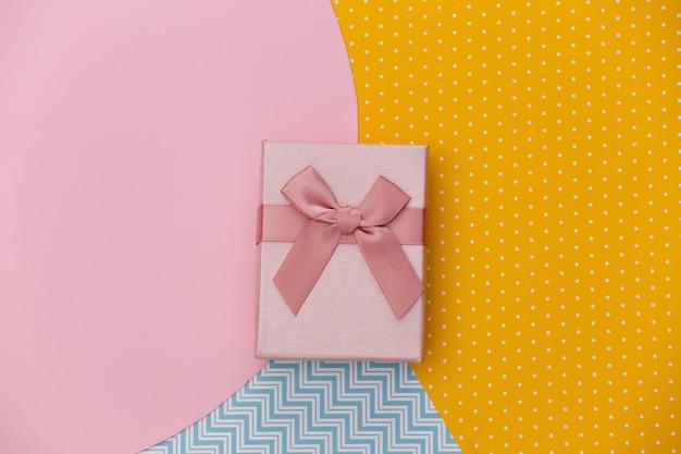Pudełko na kreatywne kolorowe tło papieru. minimalizm
