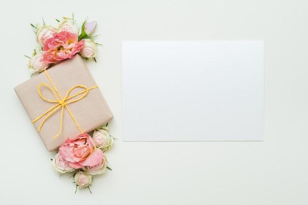 Pudełko na kwiaty i kartkę z życzeniami. leżał na płasko.
