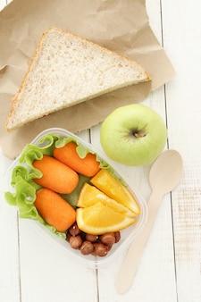 Pudełko na lunch ze zdrowym jedzeniem i kanapką