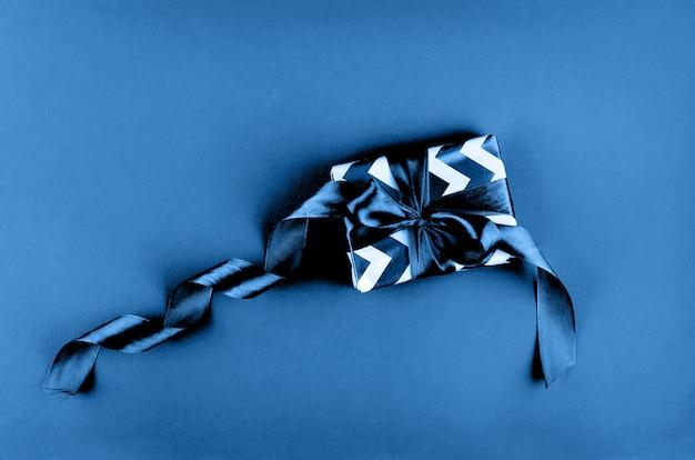 Pudełko na niebieskim stole