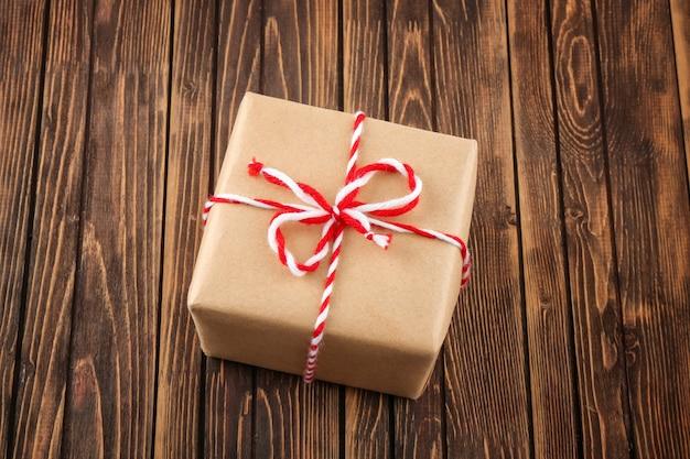 Pudełko na paczkę na drewnianym stole