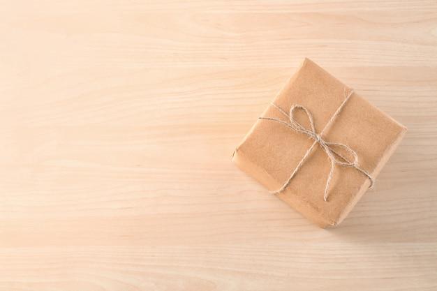 Pudełko na paczki na drewnianym stole