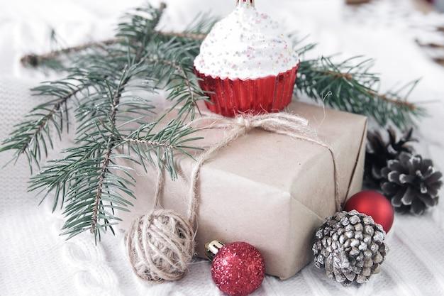 Pudełko na prezent i gałąź choinki i dekoracje na białym tle