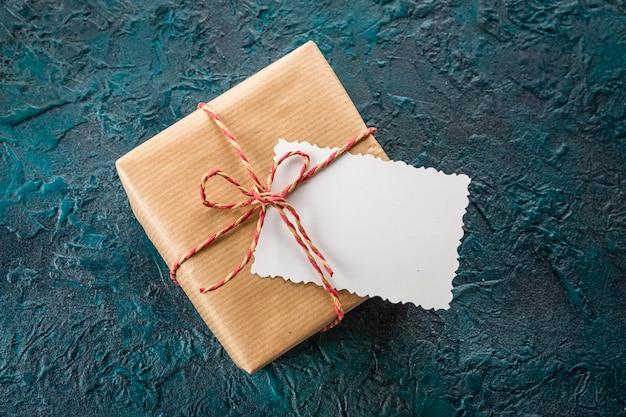 Pudełko na prezent i kartkę z życzeniami