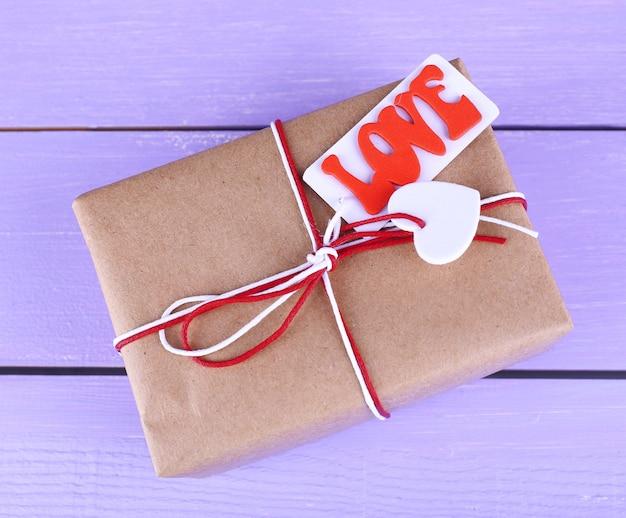 Pudełko na prezent na drewnianej powierzchni