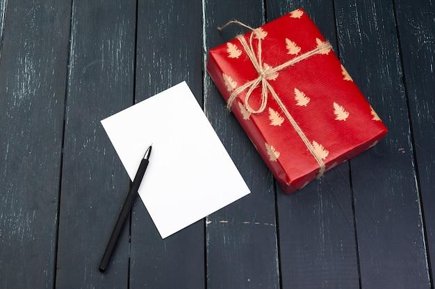 Pudełko na prezent na drewnianym tle