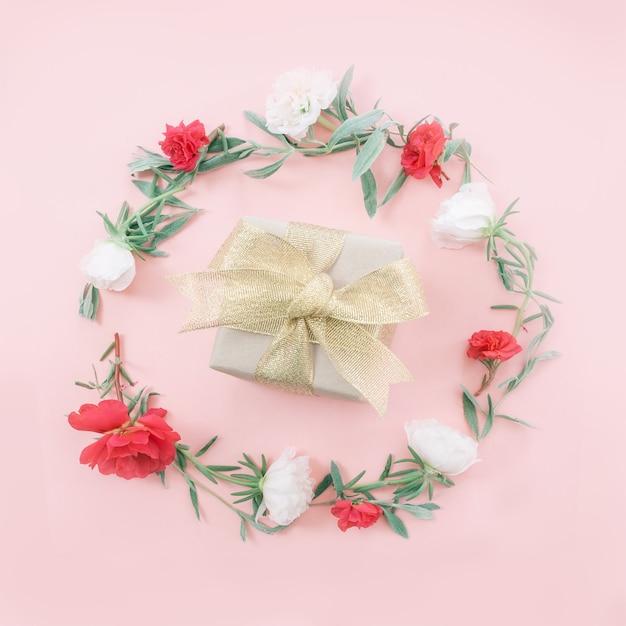 Pudełko na prezent na dzień matki z kwiatami. widok płaski, widok z góry