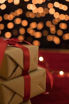 Pudełko na prezent na tle bokeh na świąteczną kartkę z życzeniami