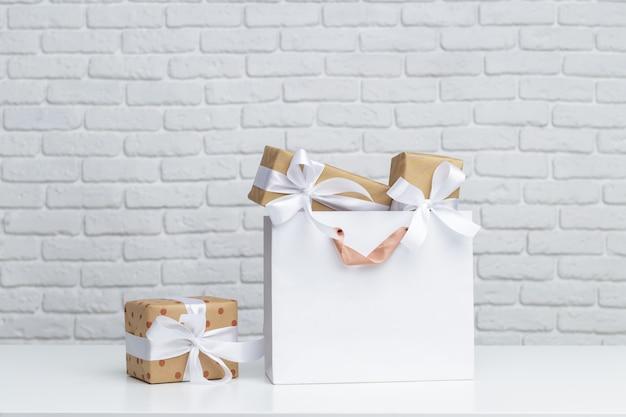 Pudełko na prezent w papierowej torbie na zakupy
