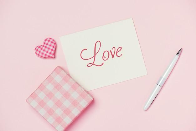 Pudełko na prezent walentynki i kartkę z życzeniami na białym tle na kolor tła.