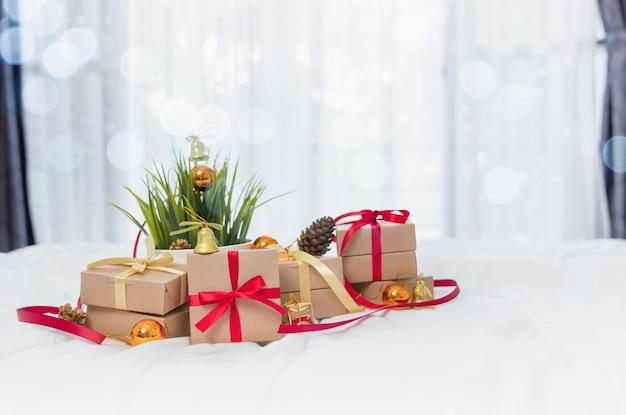 Pudełko na prezenty i ozdoby świąteczne położone na białym tle.