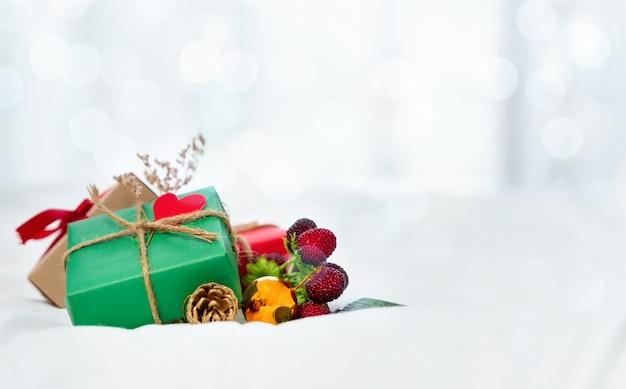Pudełko na prezenty świąteczne na białym tle.