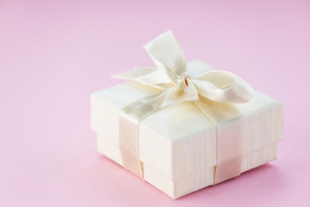 Pudełko na różowej powierzchni