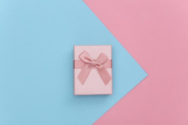 Pudełko na różowym niebieskim tle pastelowych. widok z góry.