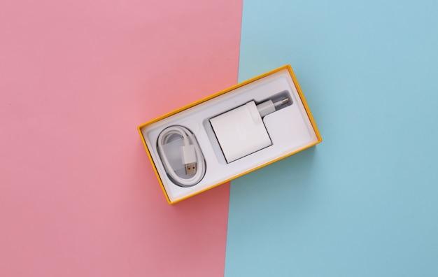 Pudełko na smartfona z ładowarką na niebiesko-różowym pastelu