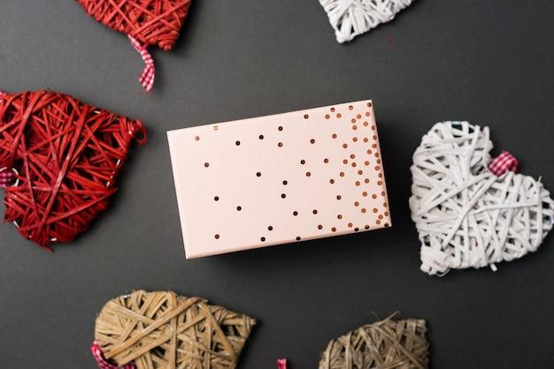 Pudełko na walentynki, zdjęcie rzemieślniczych serc i pudełko na środku