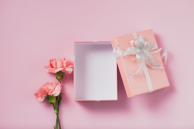Pudełko otwarte z kwiatami goździka, koncepcją na dzień matki i walentynki