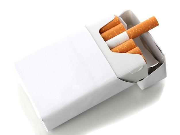 Pudełko papierosów, na białym tle