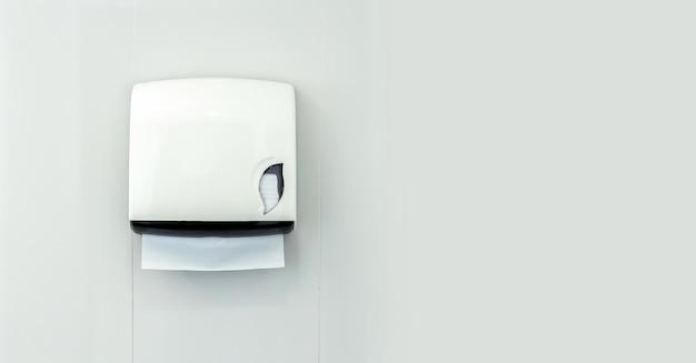 Pudełko papieru toaletowego w łazience na białym tle
