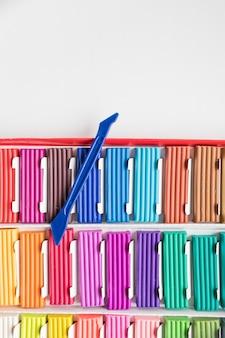 Pudełko plasteliny tęczowe kolory na białym tle