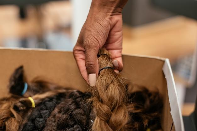 Pudełko plecionych włosów na datek na raka