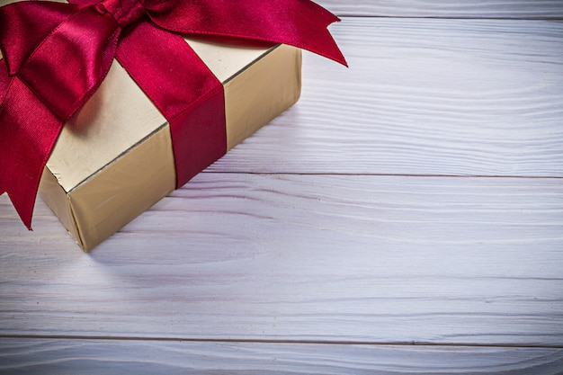 Pudełko-pojemnik z prezentem na koncepcji wakacji na drewnianej desce