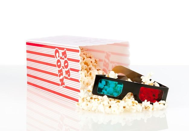 Pudełko popcornu z okularami 3d film na białym tle