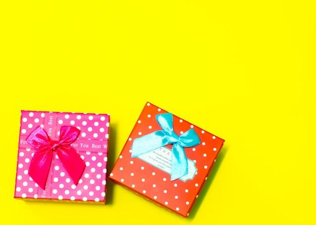 Pudełko prezent na żółtym tle