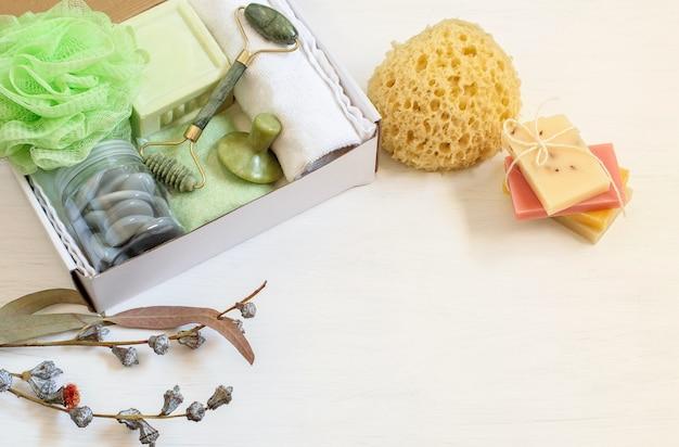 Pudełko prezentowe do higieny osobistej z kosmetykami eukaliptusowymi i asortymentem mydeł owocowych przygotowanych dla rodziny lub przyjaciela