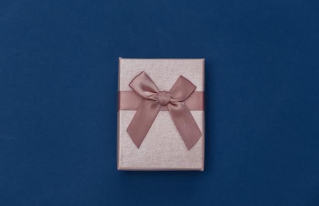 Pudełko prezentowe na klasycznym niebieskim tle. kolor 2020. widok z góry