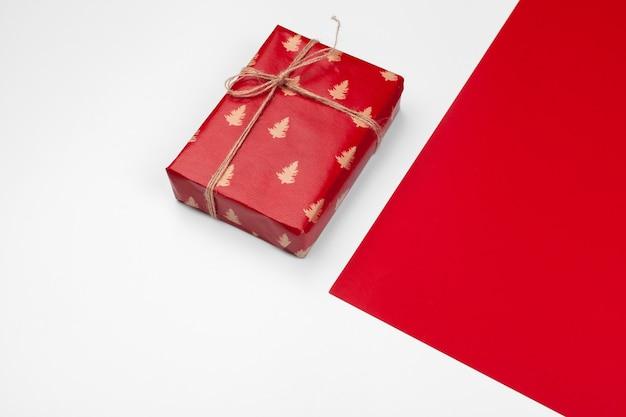 Pudełko prezentowe na kolorowym tle