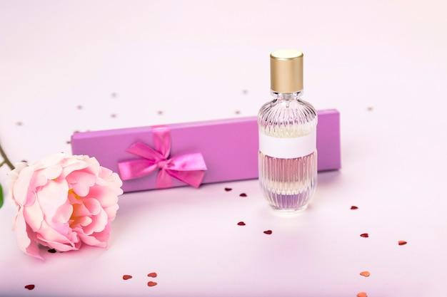 Pudełko prezentowe, perfumy, kwiatki, ozdobne serduszka i