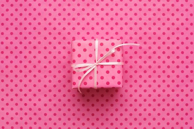 Pudełko prezentowe różowe w kolorze różowym w kropki