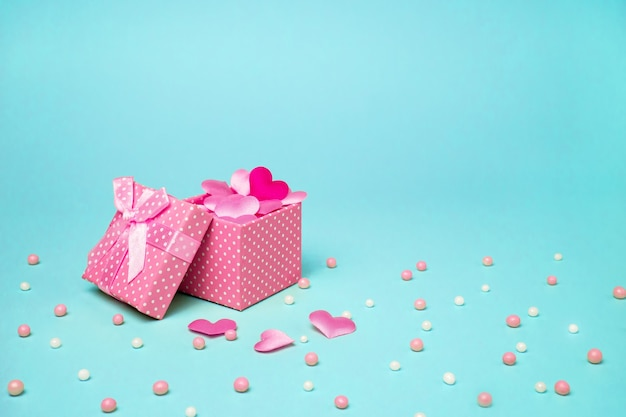 Pudełko prezentowe różowe z sercami.