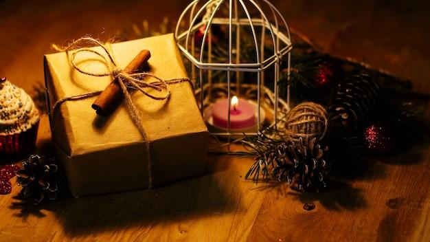 Pudełko prezentowe w stylu vintage i świeczka na tle świątecznym .zdjęcie z miejscem na kopię