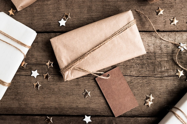 Pudełko prezentowe z papieru kraft z dużą etykietą na miejsce na kopię na ciemnym tle widok z góry w stylu rustykalnym
