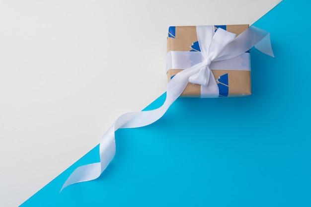 Pudełko prezentowe ze wstążką i widokiem z góry