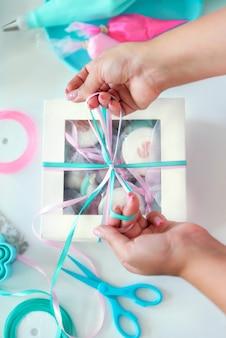 Pudełko słodyczy przewiązane wstążkami