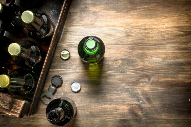 Pudełko świeżego piwa na drewnianym stole.