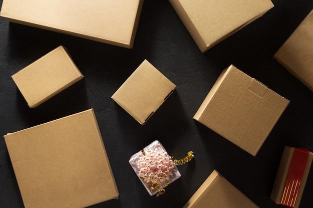 Pudełko tekturowe na czarnym stole